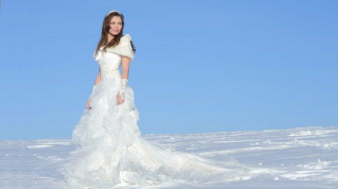 Se marier en hiver? Pourquoi pas? Décider d'organiser votre mariage en hiver vous assure une touche de romantisme, de féerie et d'orginalité supplémentaire.